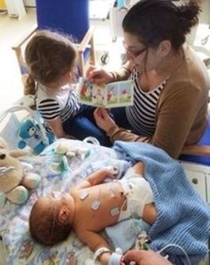 بوکتراست به خانواده نوزادان بیمار و زودرس در بیمارستان ها کتاب هدیه می دهد